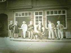 Dieses Foto von 1895 zeigt die zu diesem Zeitpunkt noch lebenden ersten Staatsbürger von Cavembourg vor dem ehemaligen Wirtshaus in Frankfurt/Main (Zu diesem Zeitpunkt befand sich in dem Gebäude bereits ein Lebensmittelladen) v.l.n.r: Manfred Limah, Horst Pikol, Hermann Lolipot-Bachmann, der ehemalige Ministerpräsident Rokko Austria mit seiner Dogge Fleischmann, Arnold Hornbein, Günter Gützhold und Karl-Thomas (Kato) Rivarotti. Es fehlt Heinrich Mehrklin (König Heinrich I.) und Hans Esuh