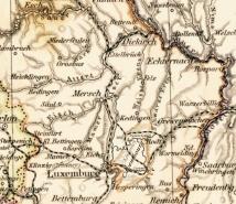 """In dem Kartenwerk """"Adolf Stiehler's Hand Atlas Über Alle Theile Der Erde Und über das Weltgebäude"""" von 1879 wurde Cavembourg erstmals auch kartographisch festgehalten. So findet man Cavembourg zusammen mit den Niederlanden, Belgien und Luxemburg auf Blatt 33. Es zeigt schon hier die besondere Streckendichte im Eisenbahnnetz des Landes. Das älteste Teilstück zwischen Bhf. Heinrichsburg über Roodt nach Grevenmacher, dann der Anschluss von Cavembourg/Stadt an Bhf. Heinrichsburg und schließlich die zweigleisige Verbindung zwischen Cavembourg/Stadt und Luxembourg/Stadt mit der Fortführung nach Paris Gare de l´Est, die unter Napoleon III. gebaut wurde."""