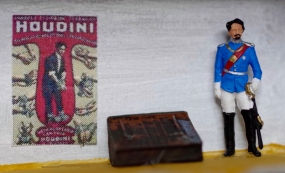 Der Ausstellungsraum mit einer Wachsfigur König Heinrichs neben seiner von Houdini veränderten Fluchtkiste.