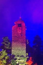 Die Ruine wird bei Nacht für Touristen bunt angestrahlt.