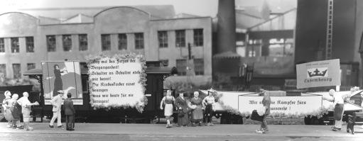 Foto: Einer Initiative Paula Napfs ist es zu verdanken, dass auch Frauen wählen konnten. Cavembourg war damit weltweit das erste Land mit einem uneingeschränkten Frauenwahlrecht, noch vor Neuseeland. Paula Napf gilt als Vorbild und Vorkämpferin der Suffragetten-Bewegung im frühen 20. Jahrhundert. Mit einem Sonderzug der SRCF fährt Paula Napf mit ihren Mitstreiterinnen durch Cavembourg und wirbt für ein uneingeschränktes Frauenwahlrecht (Frauengruppe in der Bildmitte: Paula Napf rechts stehend). Sie organisiert mehrere Kundgebungen und Demonstrationen.