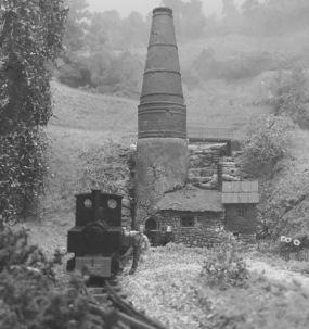 Das Foto zeigt den Kalkofen, in dem Heinrich Unterschlupf fand, fast hundert Jahre später - im Jahr 1963. Der Ofen und die Feldbahn waren noch bis ins Jahr 1965 in Betrieb. Der Kalkofen existiert noch, die Feldbahn wurde abgebaut. Im Gebäude befindet sich heute ein kleines Museum über die Flucht und das Exil König Heinrichs.