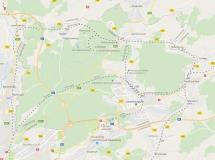 """1930 gab es auf Grund des Flughafenbaus im Süden des Landes eine große Landreform. Die Landesteile, die unter anderem für den Flughafen bebaut werden sollten, wurden an Luxembourg abgegeben. Als Kompensation bekam Cavembourg die Gebiete westlich der heutigen Autobahn 7. Cavembourg beteiligte sich an der Finanzierung des Flughafens und sicherte sich bis heute die entsprechenden Namensrechte: International Aéroport de Luxembourg et Cavembourg. Im Zuge des Neubaus des Terminal A im Jahr 2008 war eine Zugverbindung von Luxemburg/Stadt und Cavembourg/Stadt zum Flughafen geplant. Luxembourg stieg aber aus finanziellen Gründen während der Bauarbeiten des Flughafenbahnhofs aus, so dass der Flughafen heute mit dem Zug nur über Cavembourg/Stadt erreichbar ist. Auch die alte Eisenbahnstrecke zwischen Luxembourg/Stadt und Cavembourg/Stadt wurde wegen des Flughafens verlegt. Sie führt heute durch den 4 Kilometer langen """"Tunnel ferroviaire de roi""""."""