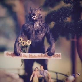 Das Foto zeigt ein Paar vor der Wolfstierfigur im Jahr 1969. In Cavembourg lebte zu dieser Zeit eine große Hippie-Community, die ihren eigenen Umgang mit der berüchtigten Tiergestalt pflegte und sie mit Blumen und anderen Dingen schmückte und sie als eine Art modernen Faun oder Waldgeist verehrte. Da das Kunststoffmaterial der Figur brüchig wurde, baute man sie 1973 ab.